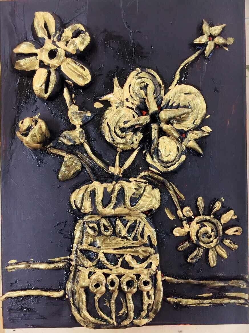 学员们对于仿铜浮雕画充满了好奇,石老师细心讲解了粘土仿铜画的制作要领,同时引导学员们进行想象创作。 学员们充分发挥自己的想象力,给自己的作品不断的增加趣味性元素,最终完成了自己的第一件创意粘土仿铜浮雕画。